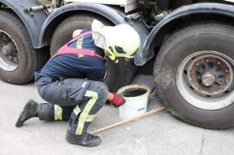 geplatzter Hydraulikschlauch sorgt für Schadstoffeinsatz